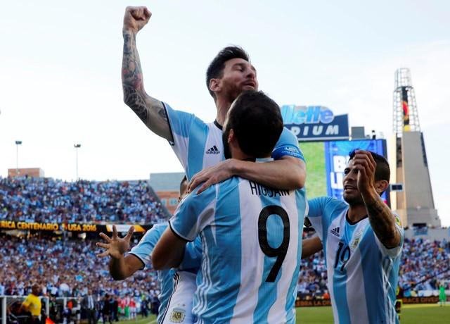 Argentina midfielder Lionel Messi (10) congratulates Argentina forward Gonzalo Higuain (9) after he assisted on Higuain's goal against the Venezuela during the first half of quarter-final play in the 2016 Copa America Centenario soccer tournament at Gillette Stadium. Mandatory Credit: Winslow Townson-USA TODAY Sports