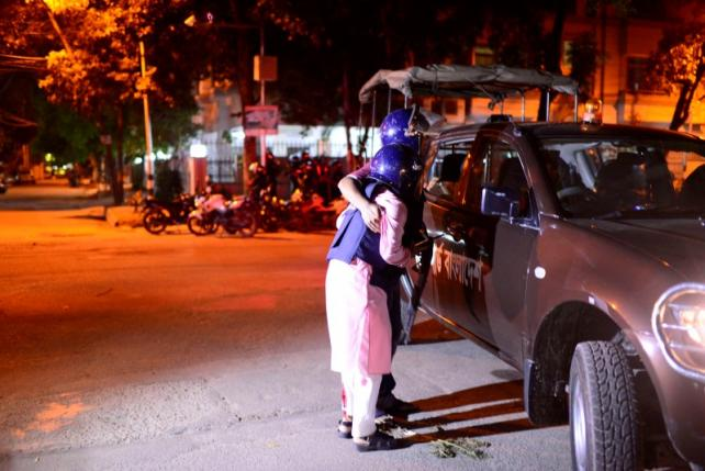 A wounded police personnel is helped by a colleague, after gunmen stormed the Holey Artisan restaurant and took hostages, in the Gulshan area of Dhaka, Bangladesh July 1, 2016. Courtesy of Dhaka Tribune/Mahmud Hossain Opu/via REUTERS.