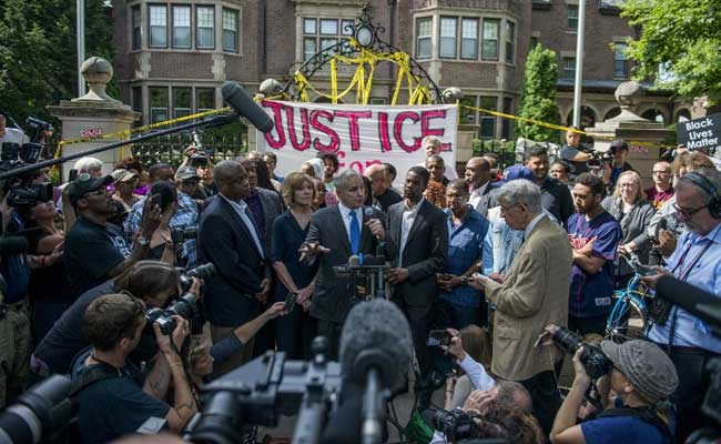 Minnesota Governor Mark Dayton has called for an investigation into Philando Castile's killing