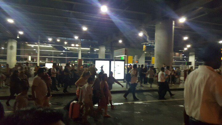 A couple thousand people standing outside the terminal * PHOTO : @locodoggy TWITTER ACCOUNT