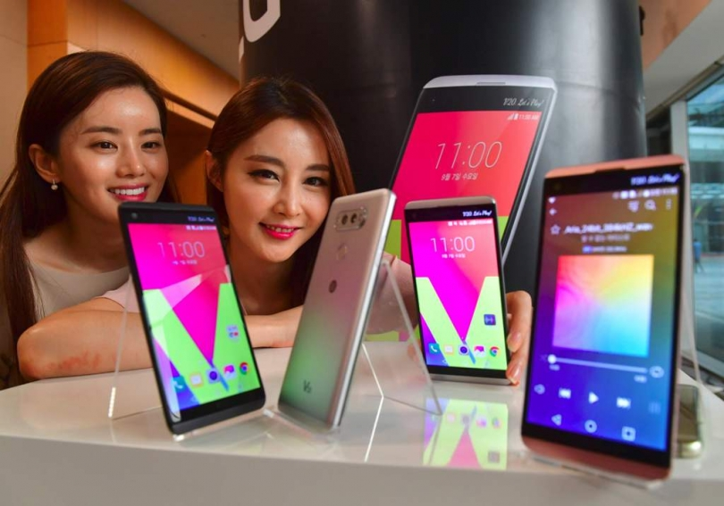 South Korean models pose with LG's new premium smartphone V20 during a launch event in Seoul