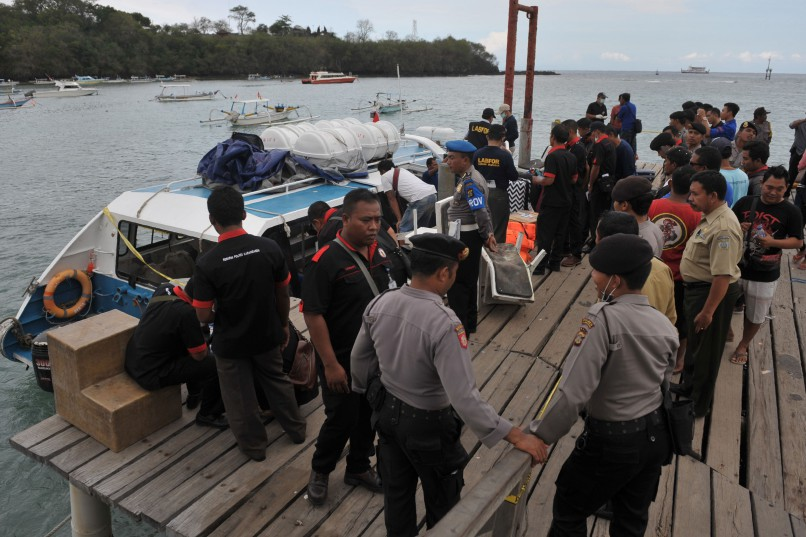 Police conduct investigations on a speedboat following an explosion on the vessel in Karang Asem, Indonesia's resort island of Bali, on September 15, 2016