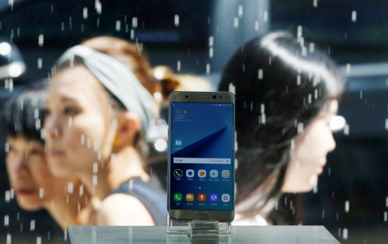 A Samsung Electronics' Galaxy Note 7 new smartphone is displayed at its store in Seoul, South Korea