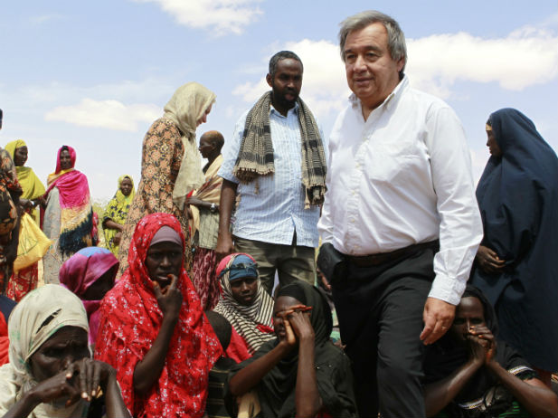 Antonio Guterres (R) visits internally displaced people at the Qansahaley settlement camp in Dollow town, along the Somalia-Ethiopia border in 2011