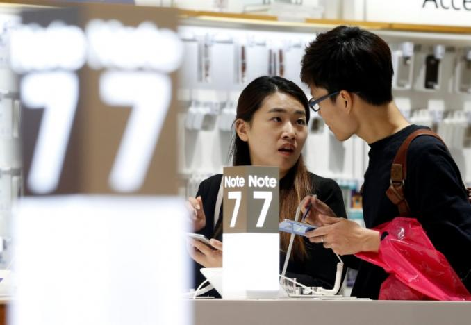 A couple tries out Samsung Electronics' Galaxy Note 7 at the company's headquarters in Seoul, South Korea